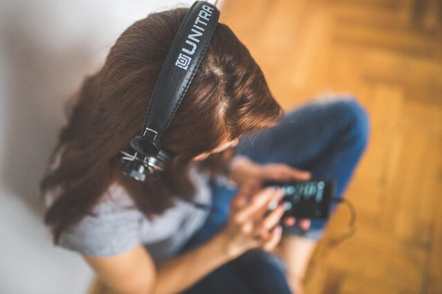 woman-girl-technology-music (1)